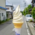 71775994 - [2017/07]生チーズソフト(350円)・背景が軽井沢っぽくないので、移動します。