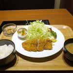 ワイン家 もちぶた亭 - まずは、「もち豚バラかつ定食」1000円を注文。