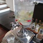 ラ・カーサ - 内観2 レモン水はフリー