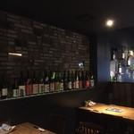 貝料理専門店 貝しぐれ - 内観2 様々な日本酒の瓶が並んでいる様子、落としめの照明がオシャレさをググッと上げています↑↑ 2017/07/09