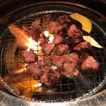 焼肉匠 満炎 - 追加の壺漬けカルビ、強火で一気に焼き上げる