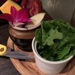 焼肉匠 満炎 - 壺漬けカルビとサラダ