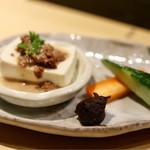 とさかや - お通しの肉味噌豆腐と特製味噌