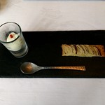 ラ・ブランシュ - 定番アミューズ 玉葱のタルトと玉葱のアイス