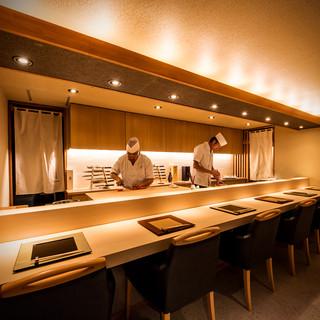 上質なカウンター席。日本料理の臨場感と料理人のおもてなしを。