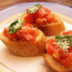 ヴォーノ - ブルスケッタナポリの風、フランスパンに角切りトマトをのせて(500円)