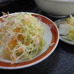 早池峰亭 - 丼に付いてきたサラダ (本来はスープ)&漬物