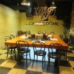 CAFE LE DOME - カウンター代わりの大きなテーブル席