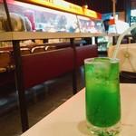 ボンネツト - ソーダ水 450円 この体に悪そうな色が良いですな〜(笑)