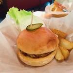 ボンネツト - こちらが噂のハンバーガー^ ^ ハンバーガーは看板商品だからか、ドリンクセットがありました☆