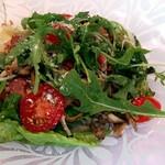 サント ウベルトゥス - 特製ドレッシング ほんのり温かいキノコ入りサラダ