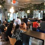 桃の農家カフェ ラペスカ - 開店から満員の店内