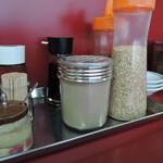 むらた亭 - 卓上には辛子高菜、紅ショウガ、ラーメンタレ、おろしニンニク、コショウ、ゴマ、ラー油が常備。