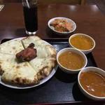 Shivaji - 料理写真:3種類カレーセット(キーマ、チキン野菜スープ、マトン)チーズナン