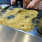 どんど - 大きな鉄板で豪快に麺を炒めます