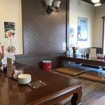 ラーメン・餃子 ハナウタ - カウンター席、小上がり席ございます店内です。