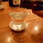 倉蔵商店 - 日本酒の駒泉 作田をついでいるところ