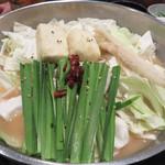 もつ処 堂平 - モツ鍋のスープは、白味噌・醤油・濃口味噌の3種類です。今回は白味噌味。