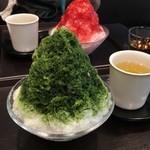 虎屋菓寮 - 宇治氷と苺みぞれの小サイズ。宇治氷は甘さがちょうどいい!苺みぞれはおいしいけど甘い〜