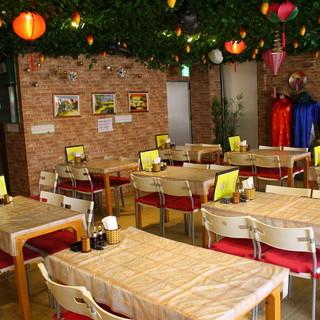 明るくナチュラルな雰囲気のベトナム風店内!カラオケ完備◎