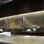 コッコラーレ 鉄板焼き - カウンター前の明石海峡大橋
