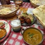 ヒマラヤインディアンレストラン - 料理写真:お子ちゃまのカレーはバターチキンカレー。写真右はチキンカレー