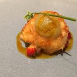 五十嵐 - イチゴを敷いた帆立のパンソテー、オレンジの風味
