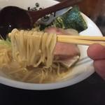 らーめんstyle JUNK STORY - 純白の鶏白湯らーめん(850円)麺リフト