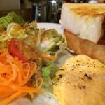 カフェ・ハル - 厚切り山食のバタートースト、スクランブルエッグ、手を掛けたサラダ(2017.8.22)