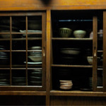 串焼よみや - カウンター向こうの、食器棚。