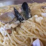 71881622 - 「マーレビアンコ」Lサイズ 接写。パスタ全体にチーズがかけられていて、熱で蕩けてパスタや魚介に溶け込んでいる部分もあり、全体としてサッパリ系の味付けに、濃厚な味わいを加えている。