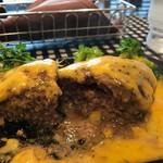 数寄屋バーグ - ナイフを入れたら鯨の潮吹きのよう肉汁が飛び出しました