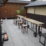 庭カフェ KULA - 中庭のテラス席