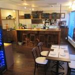 ワインカフェ - カウンターは4席。おひとり様も歓迎です。