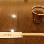 71897531 - 蕎麦茶を頂きながら待機