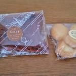 お菓子屋ハーリー - 料理写真:焼き菓子のプレーン(180円)、シフォンケーキ・ココア(250円)