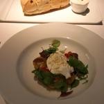 71898327 - 北海道のブラタチーズとトマトの前菜奥はオリーブのパン