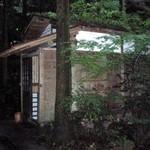 一ノ坂 - あずま屋風の建物がいくつかあり、そのまま個室に。