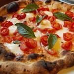 71913949 - ピッツァD・O・C(水牛モッツァレッラ、フレッシュバジル、チェリートマト、少量のトマトソース)