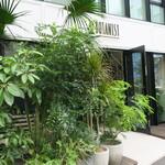 ボタニストカフェ - グリーンが配されたナチュラル・モダンな店1