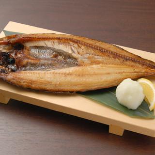 ボリューミーな北海道羅臼産特大真ほっけ開きを、日本酒と味わう