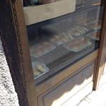 71923097 - 店外から店内のパンを覗くの図