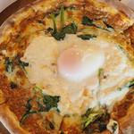 マカロニ食堂 - はほうれん草と半熟卵のラザニア風ミートソースピッツァ