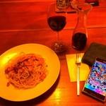 ピッツェリア パスタ - ペペロンチーノと赤ワイン(デカンタ)