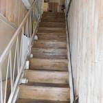 洋食酒場カンヌ - 階段を上がって
