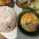 ルシッカ - 雑穀ごはん、豆腐のふわふわ揚げ、野菜の春巻き