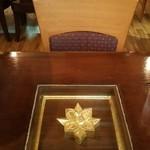 71934907 - テーブルの真ん中はガラスの下に何か入ってました。