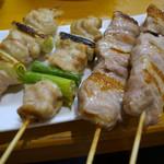 地鶏焼き処 とり酉 - ねぎま1本180円(税抜き)、豚バラ1本250円(税抜き)