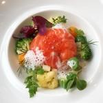 Kuremonthinubisu - 北欧のオーロラサーモンのマリネ パプリカのムース 有機野菜
