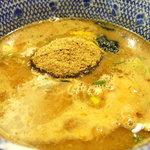 伊予 源氏車 - 付けダレには大量の魚粉が沈む事なく乗車しています。